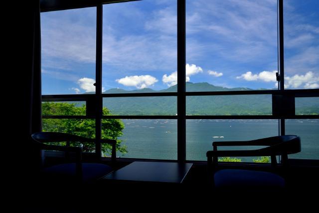 全客室から望む、加茂湖、大佐渡山脈